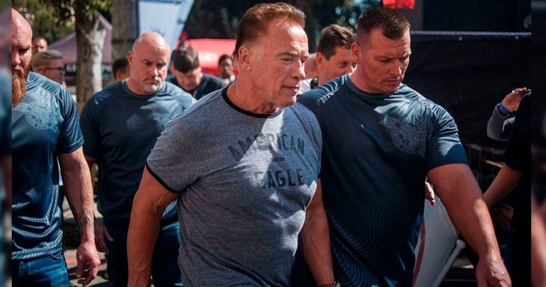 Arnold Schwarzenegger recibe  patada voladora en África