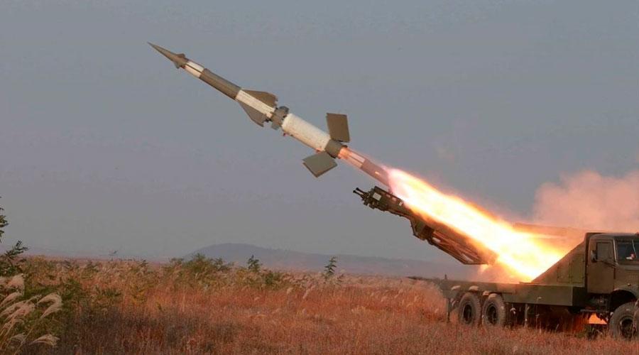 Kim Jong Un disparó dos misiles balísticos en ejercicio con sus tropas.