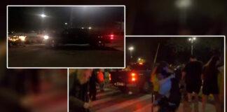 Oficial de Inmigración embiste a una multitud de manifestantes ante un centro de inmigración de EE.UU.