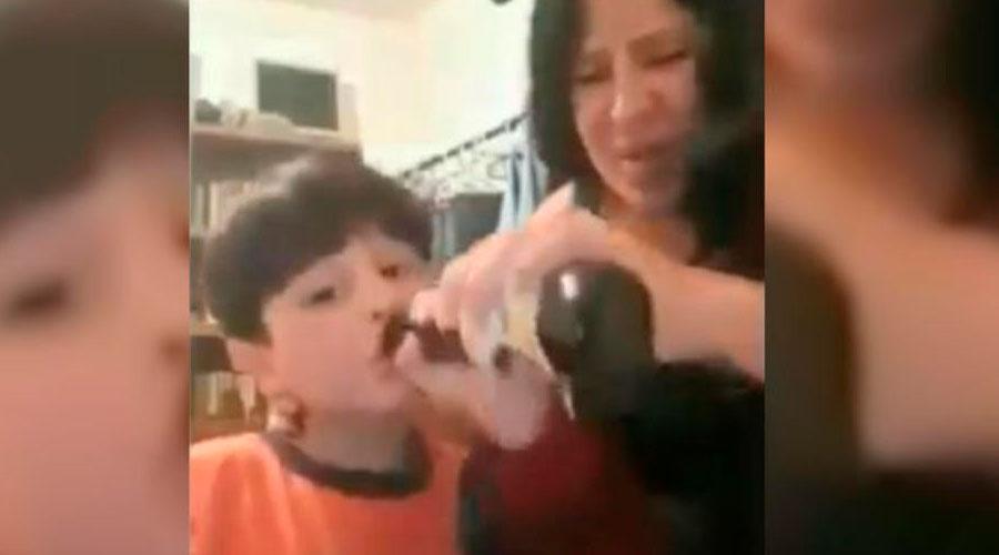 VÍDEO: Mujer pone a fumar y a tomar cerveza a su pequeño hijo en vivo por Facebook