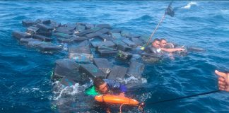 Rescatan a presuntos narcotraficantes náufragos flotando entre paquetes de cocaína en Colombia