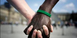Pretenden casarse y les niegan el salón de fiestas por ser una pareja interracial