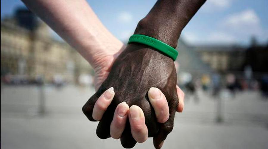 VÍDEO: Pretenden casarse y les niegan el salón de fiestas por ser una pareja interracial