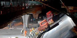 Momento en que un puente de una autopista china se desploma, aplastando vehículos y dejando muertos